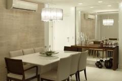 sala-de-jantar-com-mesa-retangular-e-parede-espelhada